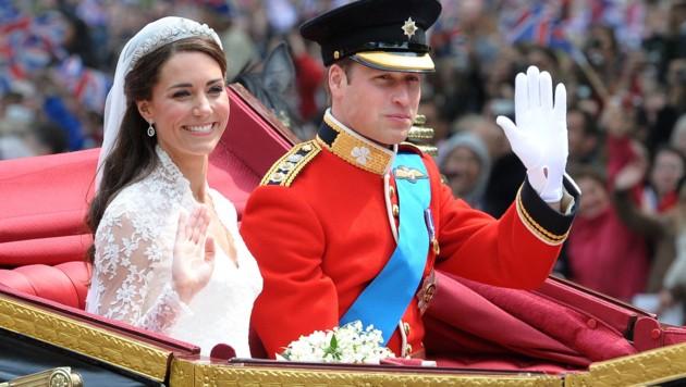 Prinz William und Herzogin Kate nach ihrer Hochzeit auf ihrer Kutschfahrt durch London (Bild: AFP)