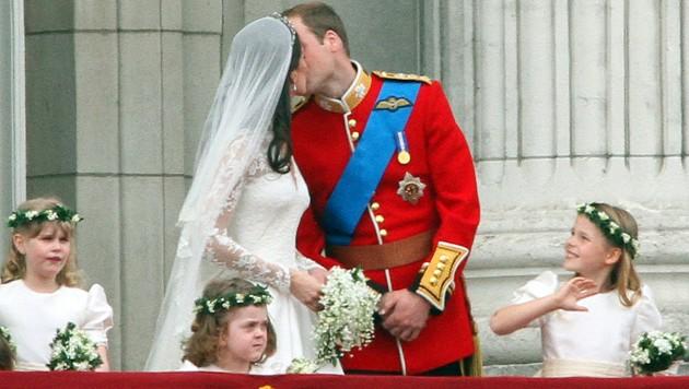 Prinz William küsst seine Frau Herzogin Kate zum ersten Mal in der Öffentlichkeit am Balkon des Buckingham-Palastes. (Bild: AFP)