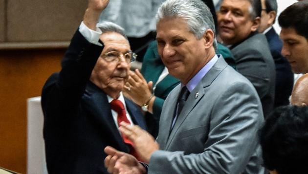 Miguel Diaz-Canel (rechts) und der scheidende Präsident Raul Castro (links) (Bild: AFP/STR)