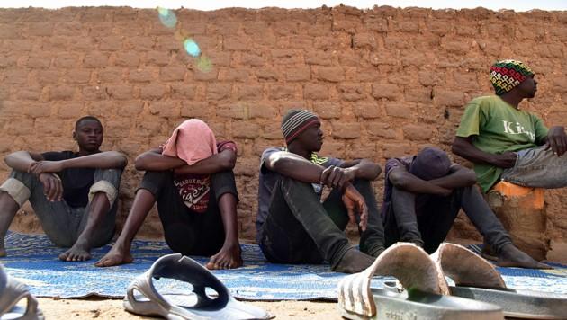 Flüchtlinge, die auf eine Gelegenheit warten, aus dem Niger Richtung Libyen aufzubrechen und danach die Reise nach Europa anzutreten (Bild: AFP)