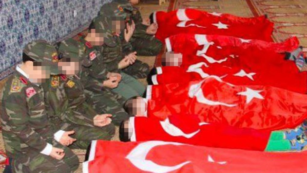 Bilder von Kindergartenkindern, die in einer Moschee kriegerische Szenen nachstellen mussten, sorgen für Empörung. (Bild: facebook.com, krone.at-Grafik)