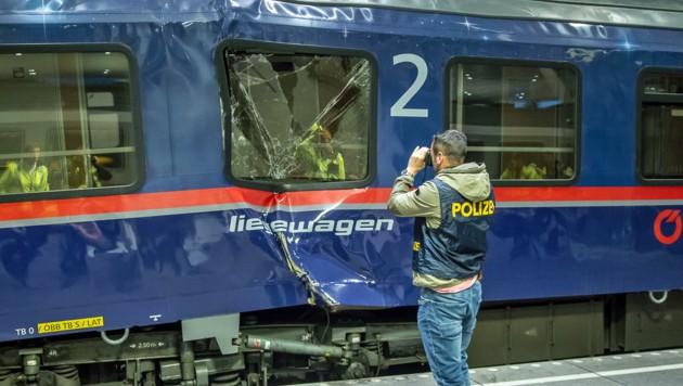 Polizisten lichteten den zerstörten Waggon am Salzburger Hauptbahnhof ab. (Bild: APA/FMT/WOLFGANG MOSER)