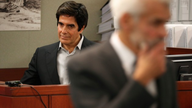 Illusionist David Copperfield bei der Verhandlung in Las Vegas. Der Magier wurde von einem britischen Koch verklagt, der sich bei einem seiner Tricks verletzt hat. (Bild: AP)