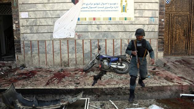 Trümmerteile und Blut zeugen vom Anschlag vor dem Zentrum zur Registrierung von Wählern in Kabul.