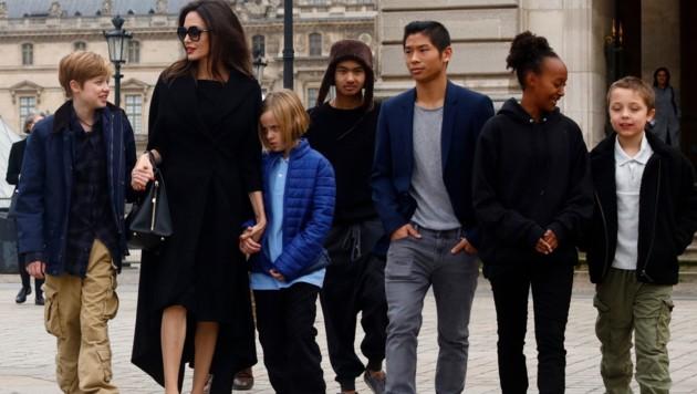 Angelina Jolie mit den Kindern Shiloh, Vivienne Marcheline, Pax, Maddox, Zahara und Knox Leon in Paris (Bild: www.PPS.at)