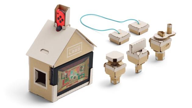 Labo-Haus: Steckt man Kurbeln und Schalter seitlich hinein, ergeben sich lustige Interaktionsmöglichkeiten mit dem Tierchen am Bildschirm. (Bild: Nintendo)