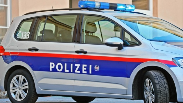 Jugendliche Eierwerfer Zielen Auf Polizeiauto Kroneat
