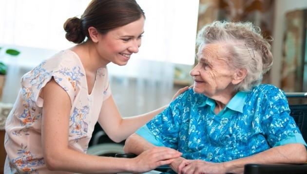 Pflege ist für beide Seiten eine Herausforderung, den Pflegenden und den/die Gepflegte/n. Hier warten noch große personelle und soziale Herausforderungen auf Oberösterreich. (Bild: Alexander Raths/stock.adobe.com)