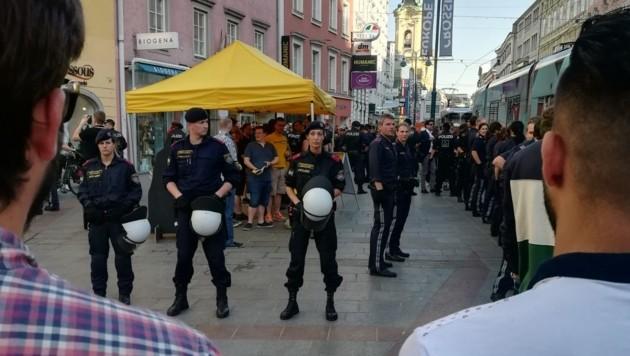 """Die Polizei schützte den Stand der """"Identitären"""". (Bild: Christoph Gantner)"""