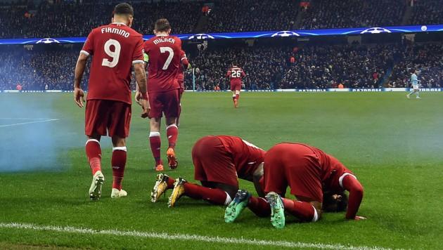 Mohamed Salah und Sadio Mane feiern einen Treffer des Ägypters gegen Manchester City mit einem kurzen Gebet.