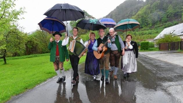 Die Ritschis und ihre Gäste ließen sich beim Start in Pernegg vom Regenwetter nicht die Laune verderben. (Bild: © Elmar Gubisch)