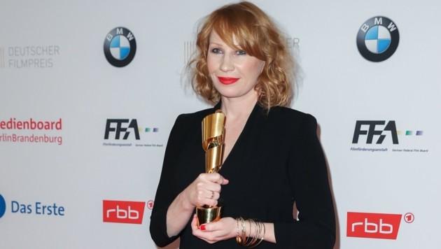 Birgit Minichmayr mit ihrer Lola beim Deutschen Filmpreis. (Bild: EPA)