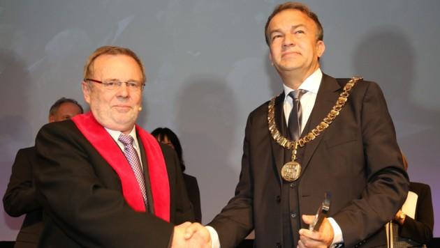 Inaugurationsfeier an der Linzer Kepleruniversität am 1. Oktober 2015: Meinhard Lukas (re.) beerbte Richard Hagelauer als Rektor der JKU. (Bild: Kronen Zeitung/Chris Koller)