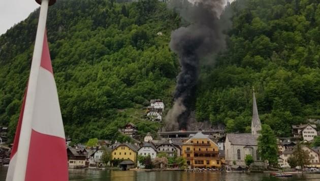 Vom See aus gesehen: Die Rauchsäule geht hoch! (Bild: Alexander Scheutz)