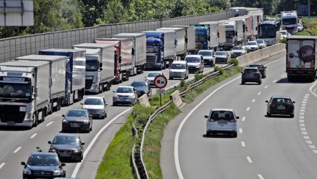 Die Überschreitungen der Lkw-Fahrverbote nehmen tendenziell ab. (Bild: Christof Birbaumer)