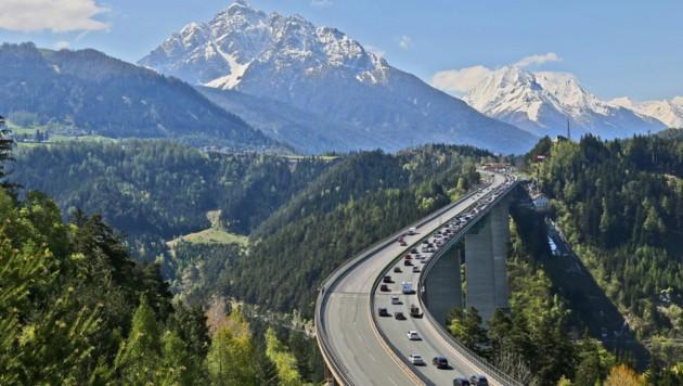 Ein Bild aus alten Tagen - aktuell sind die 40-50% weniger Lkw auf Tirols Straßen unterwegs. Der Individualverkehr ist um 80 Prozent gesunken. (Bild: Christof Birbaumer)