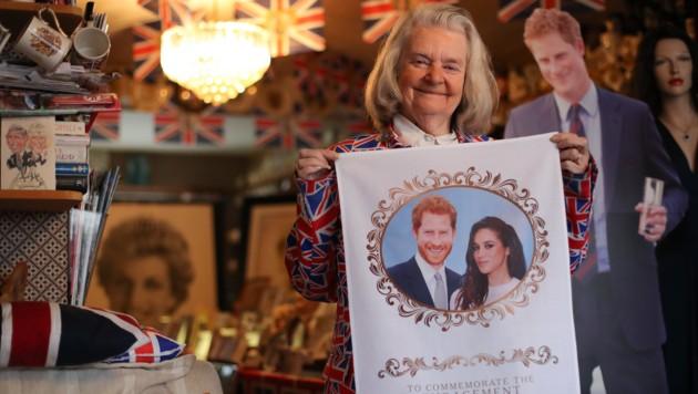 Royal-Fan Margaret Tyler hat sich bereits mit Erinnerungs-Devotionalien eingedeckt. (Bild: AFP or licensors)