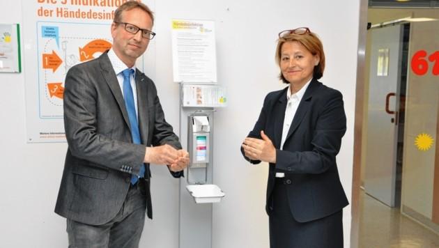Händedesinfektion ist das Um und Auf im Spital, betonen Dr. Gerald Sendlhofer und Spezialistin Renate Zierler (Bild: LKH_Univ_Klinikum Graz/Stefan Kuba)