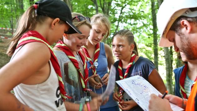 Guides-Patrouille mit Leiter beim Aufgaben lösen (Bild: © 2013 Paul Kubalek)