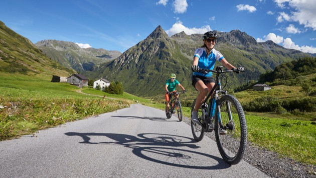 So wie hier im Paznaun entstehen in Tirol viele neue Radwanderwege (Bild: Stefan Kuerzi/TVB Paznaun-Ischgl)