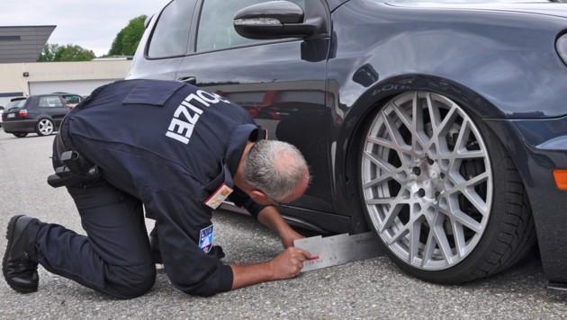Nachmessen gerät für Polizisten zur Turnübung. (Bild: APA/Peter Lindner)
