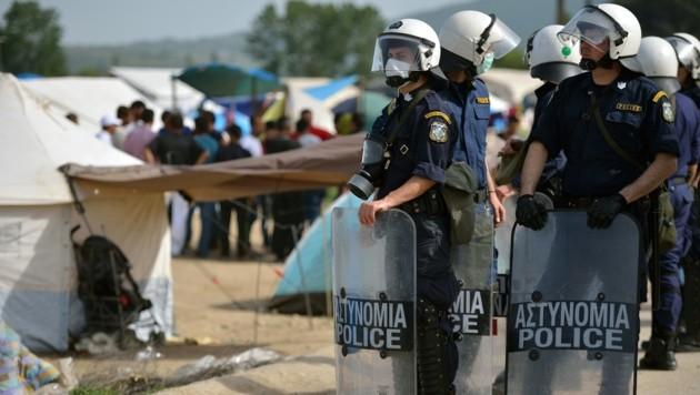 Griechische Polizisten in einem Flüchtlingscamp (Archivfoto) (Bild: AFP)