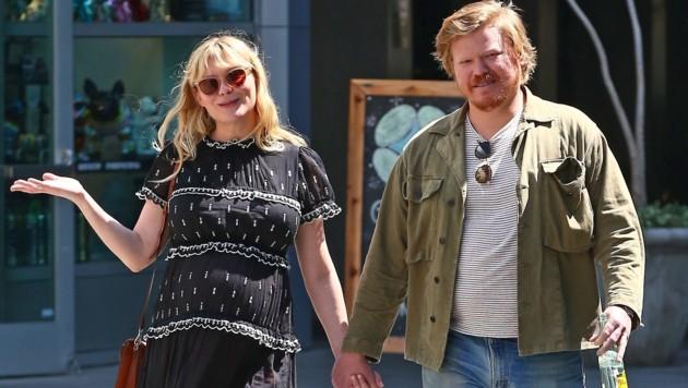 Ende April sieht man Kirsten Dunst beim Spaziergang mit ihrem Verlobten Jesse Plemons noch mit Babybauch. (Bild: www.PPS.at)