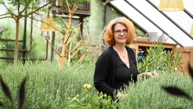 """Das Glashaus ihrer Gärtnerei dient Sonja Haider auch als Rückzugsort in der Mittagspause. Aus Paletten wurde hier eine Sitzecke eingerichtet: """"Wir schneiden nur so viel ab, wie wir brauchen."""" (Bild: Markus Wenzel)"""