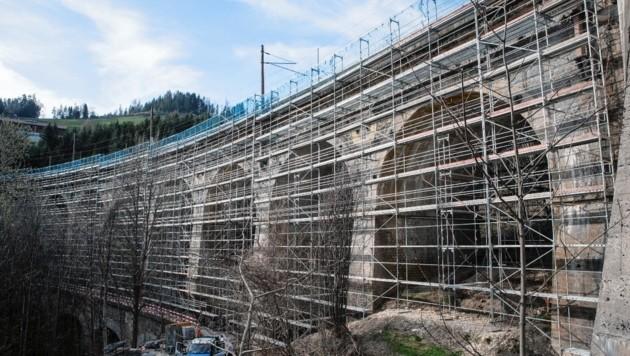 Das Wagnergrabenviadukt ist bereits eingerüstet (Bild: ÖBB/Johann Wolf)
