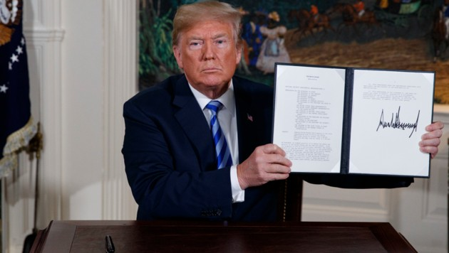 US-Präsident Donald Trump mit dem Memorandum, das den Ausstieg aus dem Atom-Deal fixiert. (Bild: AP)