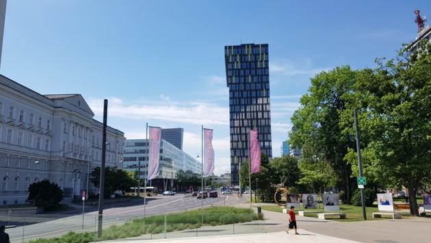 Noch immer futuristisch schaut der Solarstrom produzierende Power Tower der Energie im Linzer Bahnhofsviertel aus. (Bild: Werner Pöchinger)