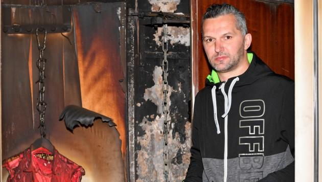 Admir R. (42) in seiner schwer beschädigten Wohnung (Bild: Harald Dostal)