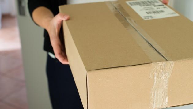 Statt bei der Leserin landete das Paket in der Postfundstelle (Symbolbild). (Bild: stock.adobe.com, krone.at-Grafik)