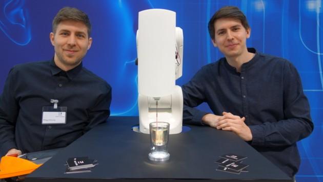 Print-a-Drink-Gründer Benjamin Greimel (r.) und Philipp Hornung, der den 26-Jährigen von Beginn an unterstützt. (Bild: Barbara Kneidinger)