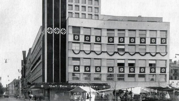 Das Gebäude der Stadtwerke auf dem Andreas-Hofer-Platz, geschmückt mit Nazi-Symbolen - eine Werbung für die Anschluss-Abstimmung im April 1938. Das Gebäude steht ja noch. (Bild: Archivbild)