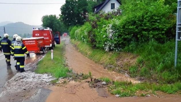 Heftiger Starkregen und Hagelschlag verlegte zahlreiche Straßen in Kraindorf. Die Feuerwehren Treffelsdorf, Liebenfels, Hörzendorf-Projern und St.Veit rückten aus. (Bild: FF Treffelsdorf)