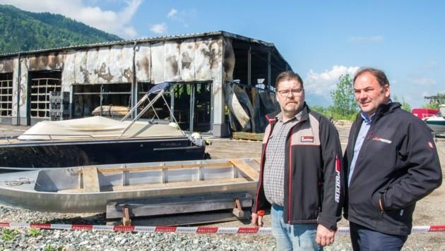 Die beiden Geschäftsführer Richard Tscharre und Wolfgang Jaritz vor der abgebrannten Halle (Bild: Arbeiter)