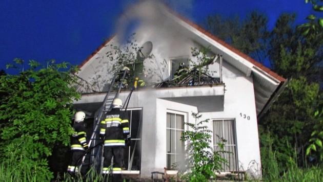 In Flöcking schlug der Blitz in dieses Abbruchhaus ein (Bild: Feuerwehr Ludersdorf)