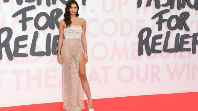 "Sara Sampaio in einem durchsichtigen Glitzer-Dress bei der ""Fashion For Relief""-Party in Cannes"