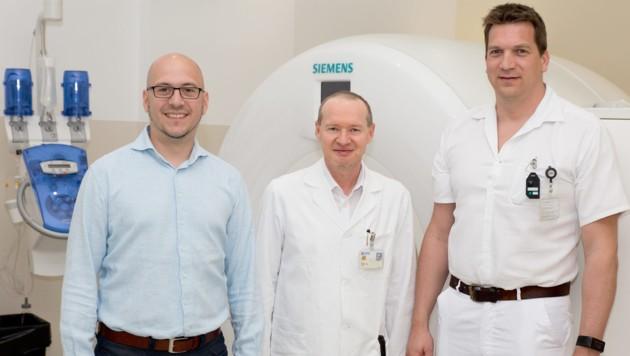 """Sascha Senck (l.) leitete das """"ArthroKnee""""-Projekt, das die Mediziner Klemens Trieb und Stefan Hofstätter (re.) vom Klinikum Wels-Grieskirchen unterstützten. (Bild: FH OÖ/Bernhard Plank)"""