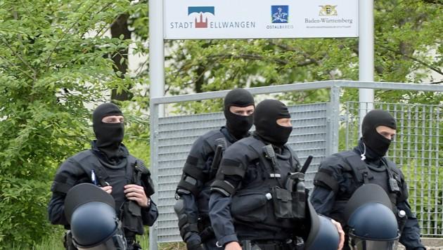 Sondereinsatzkräfte der Polizei vor der Erstaufnahmestelle in Ellwangen (Bild: APA/AFP/dpa/Stefan Puchner)