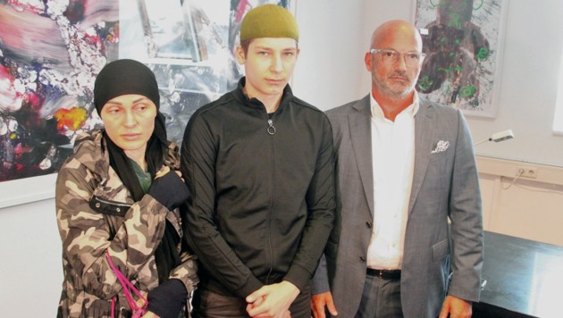 Mutter und Bruder der in einem Wiener Gemeindebau ermordeten Hadishat (7) mit Anwalt Nikolaus Rast (Bild: Andi Schiel)