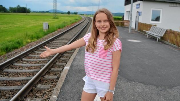 Die zwölfjährige Alina aus Munderfing wartet auf ihren Zug an der Haltestelle Achenlohe, der sie schnell und sicher in die Schule nach Seekirchen bringen soll - allerdings vergebens. (Bild: Manfred Fesl)