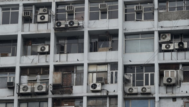 Balkone mit Klimaanlagen (Bild: AFP (Symbolbild))