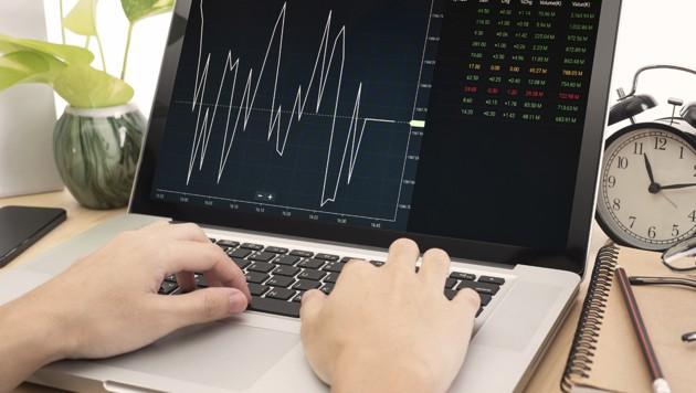 Vorsicht bei Trading-Plattformen im Netz, die sichere Kursgewinne und viel Geld versprechen - es handelt sich oft um Betrugsversuche (Symbolbild). (Bild: stock.adobe.com, krone.at-Grafik)