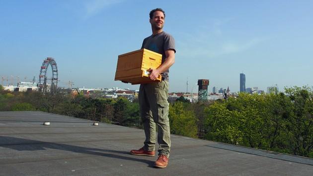 Matthias Pichler bei der Arbeit über den Dächern Wiens (Bild: facebook.com)