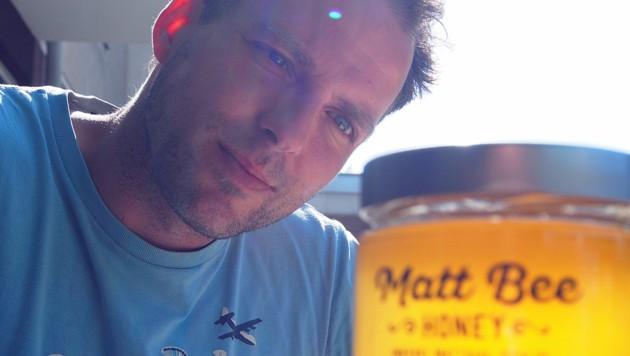 """Matthias Pichler blickt stolz auf das """"Gold"""" seiner Bienen. (Bild: Matt Bee Honey)"""