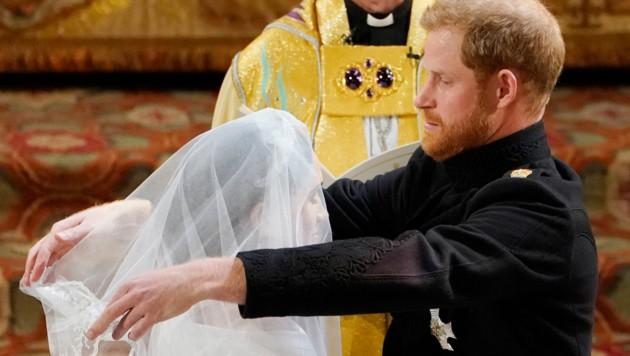 Prinz Harry lüftet den Schleier von Meghan Markle. (Bild: WPA Rota)