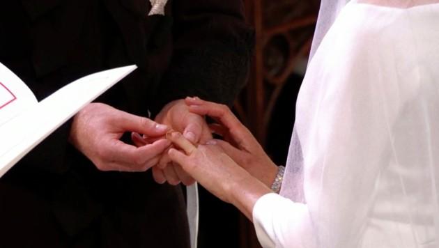 Prinz Harry steckte Meghan Markle den Ring an. (Bild: AP)