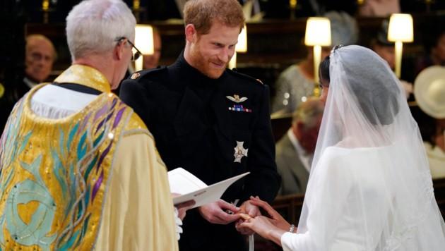 Prinz Harry steckte Meghan Markle den Ring an den Finger. (Bild: WPA Rota)